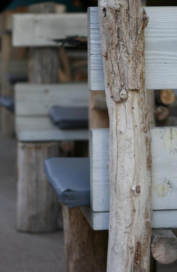 Gartenmöbel selber bauen aus rundholz grau und mit grauen Sitzkissen dekorieren