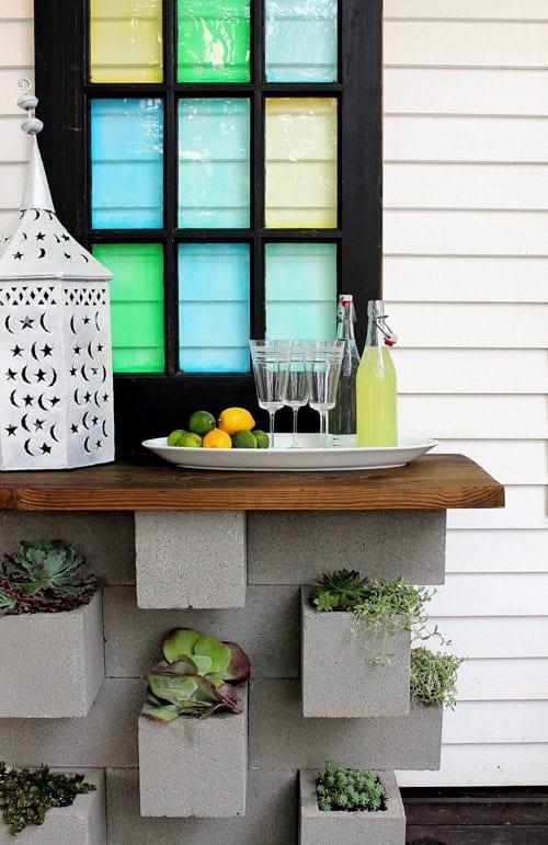 kreatives Garten Bar Design mit schalungsteinen und holztheke