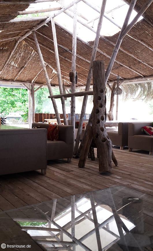luxus Interior design für Bar mit Polstersofas grau und kreativem DIY Weinregalaus Baumstamm