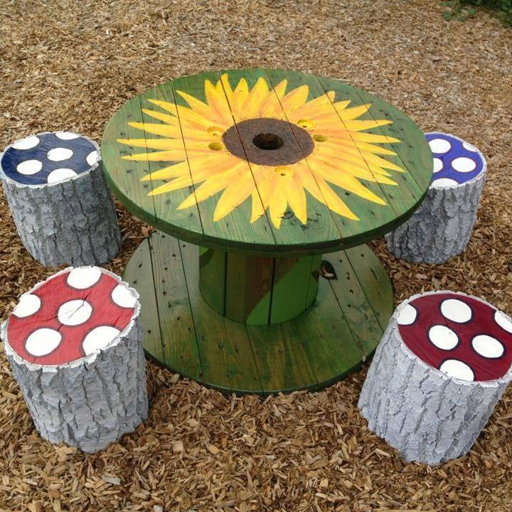 coole gartendeko idee mit rundem tisch grün und diy hocker aus rundholz