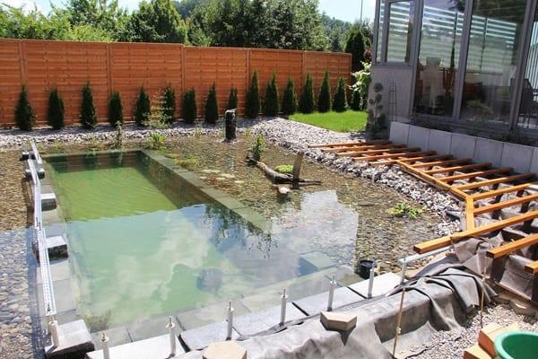 Holzterrasse selber bauen als Gartengestaltung um den Teichbecken im Garten