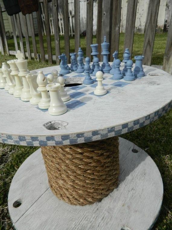runder kabeltrommel-tisch mit seldeko in weiß streichen