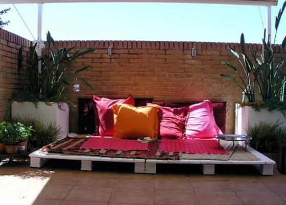 überdachte terrasse modern gestalten mit sofa aus europaletten weiß und dekoration mit kissen in orange und pink