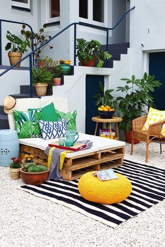 idee für terrasse mit kies und teppich mit streifenmuster und DIY Liese aus Paletten mit grünen kissendekorieren