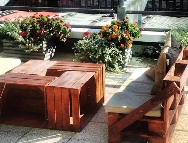dachterrasse gestaltung mit DIY Couchtisch aus Holzkisten und Gartensofa aus Paletten