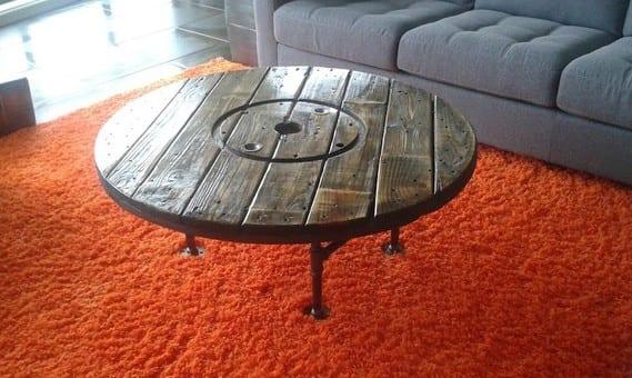 rustikaler couchtisch holz mit metallfüßen selber basteln_interior design in grau mit teppich orange