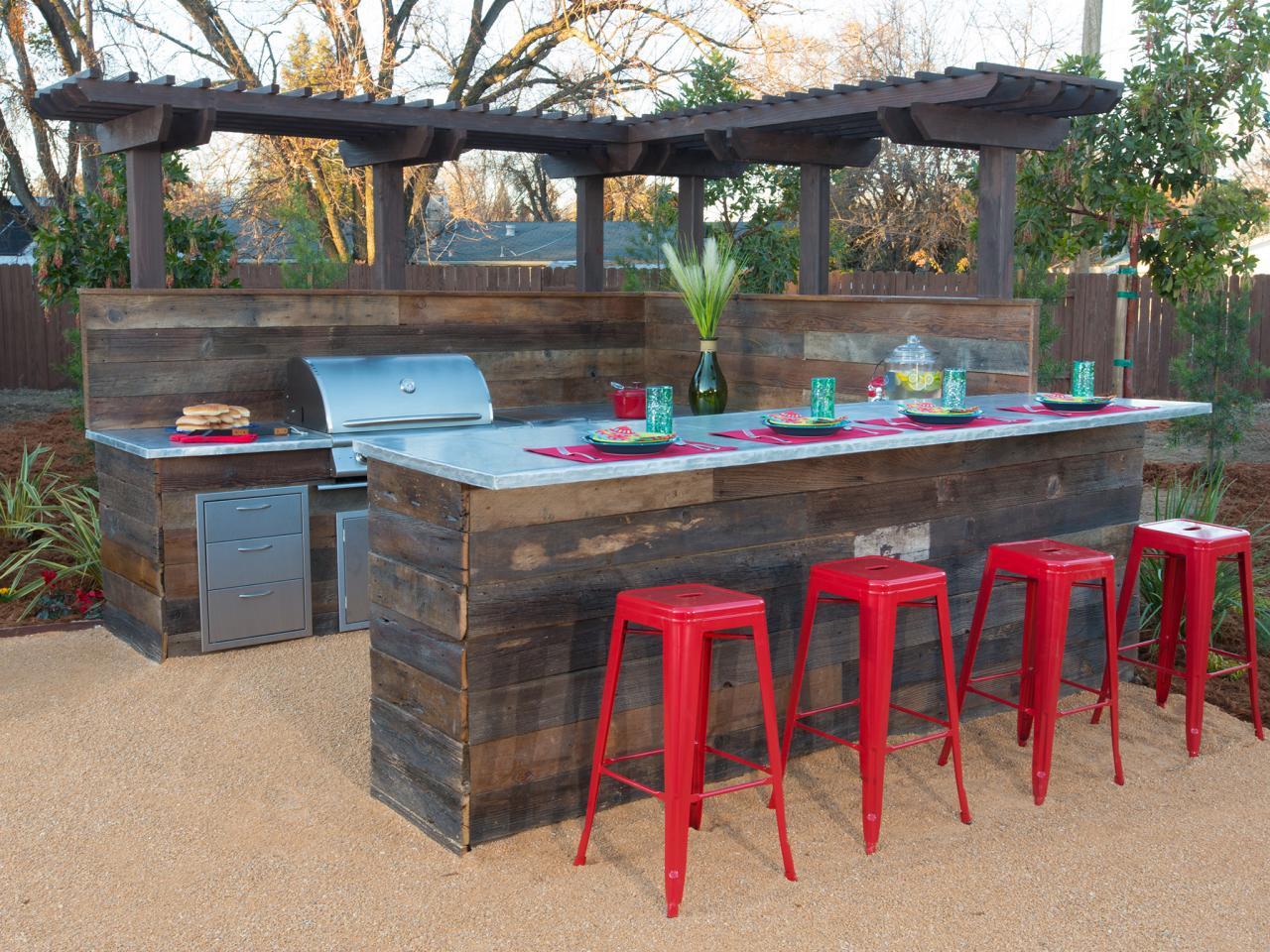 schöne garten idee mit GArten-Bar aus Holz und Barhocker aus Kunststoff