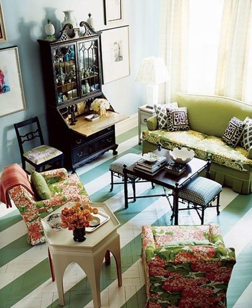 wohnzimmer inspiration mit sofa grün und blaue wandfarbe mit streifen streichen idee