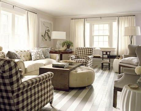 wohnzimmer hellgrau mit sesseln in karo schwarz-weiß und sofa mit rundhocker weiß