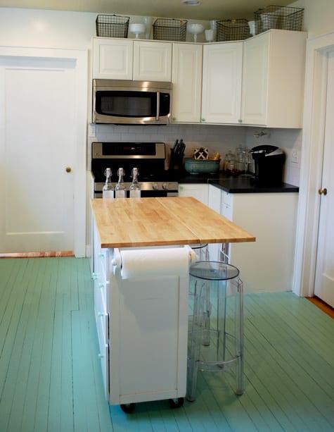 kleine eck-küche weiß mit Bar und Holzboden blau