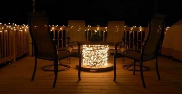 romantische terrassengestaltung mit leuchten und DIY Terrassenmöbel