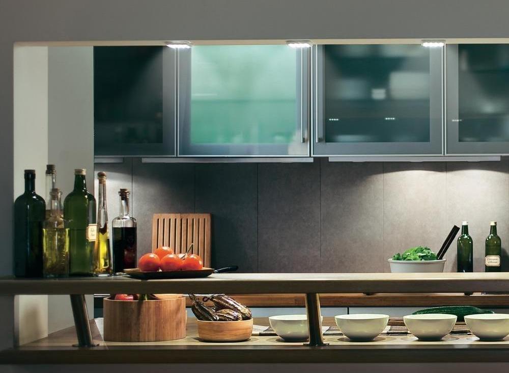 kleine LED Leuchten als Deckenleuchten in der Küche über Bars und Kochinsel