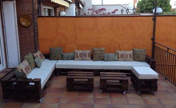 Terrasse ideen für gestaltung mit palettensofa und zwei couchtische auf rollen in braun