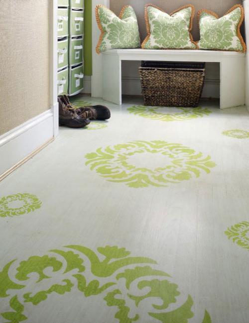 coole wohnidee flur mit holzboden weiß und schablon streichen muster in grün