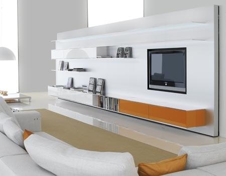 minimalistische wohnzimmereinrichtung in weiß mit modernem tv wand in weiß und orange