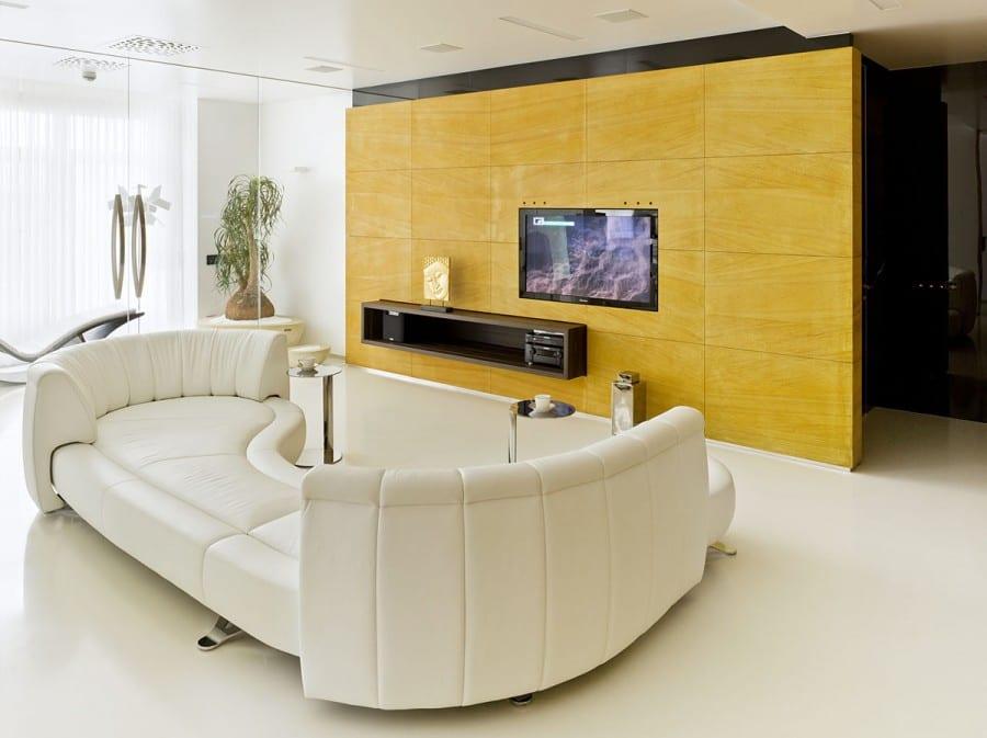 luxus wohnzimmer design mit modernem Ledersofa weiß und TV Wandpaneel gelb