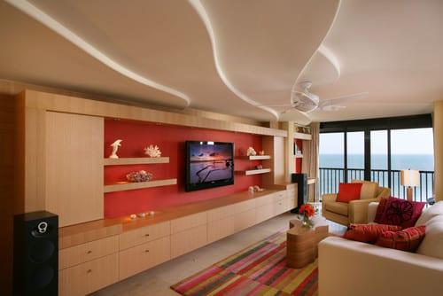 Modernes Wohnzimmer Und Elegantes Interior Mit Wohnwand Aus Holz Und  Wandfarbe Rot
