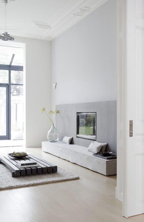 moderne wohnzimmer weiß mit couchtisch holz und Tv Wandpaneel mit stoffverkleidung