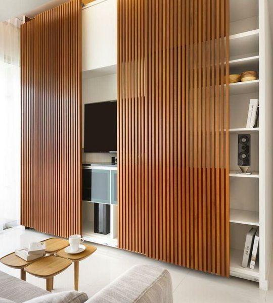 coole wandgestaltung mit wohnwand weiß und schibbaren Holzpaneelen