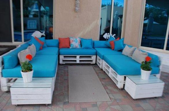 coole idee für möbel aus paletten mit blauen sitzkissen