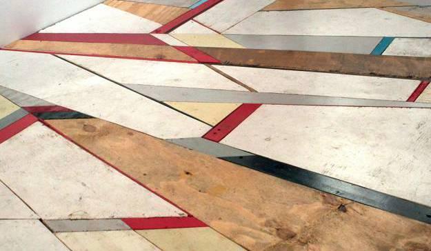 kreative streichen idee für holzboden aus asymetrsichen holzbrettern