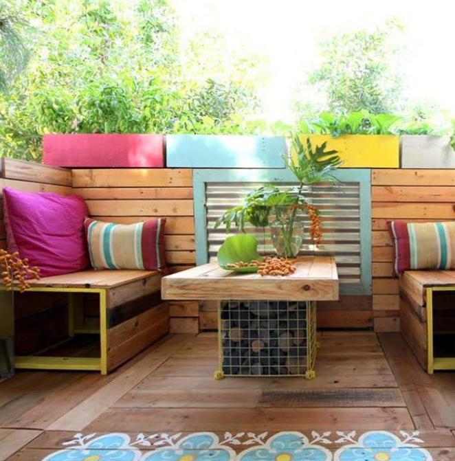 Terrasseneinrichtung für kleine Holzterrasse mit DIY Holzbänke und Couchtisch holz und holzboden streichen idee mit blumenmuster