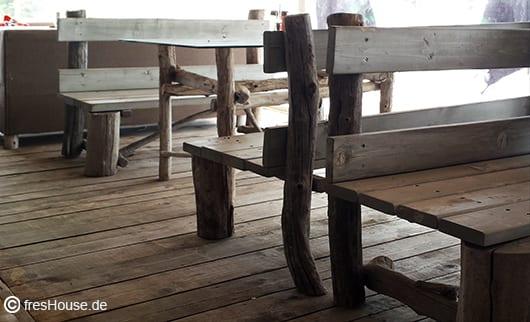 cooles Holz interior aus Holzboden und DIY Gartenmöbel
