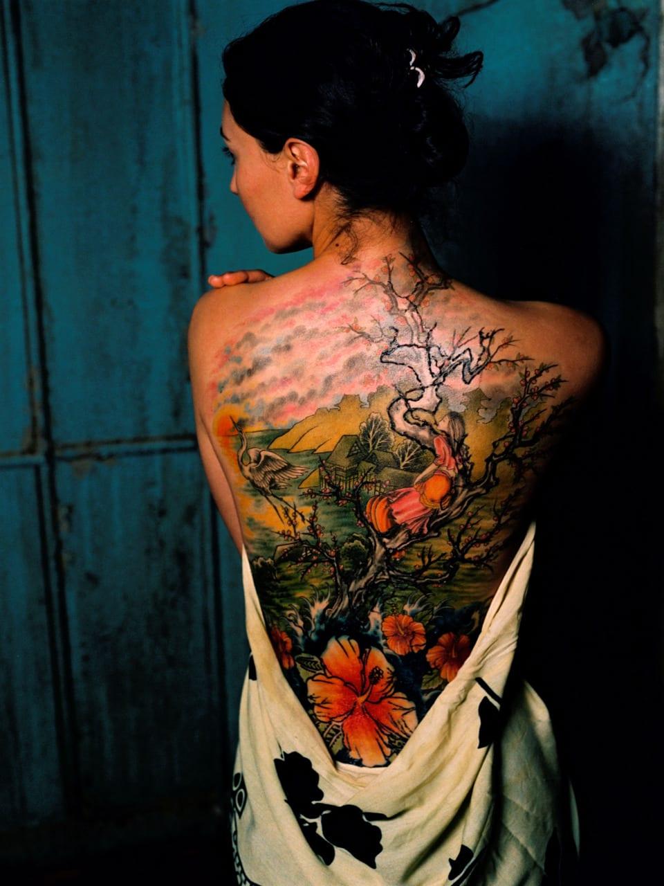ganz rücken tattoo mit farben für frauen