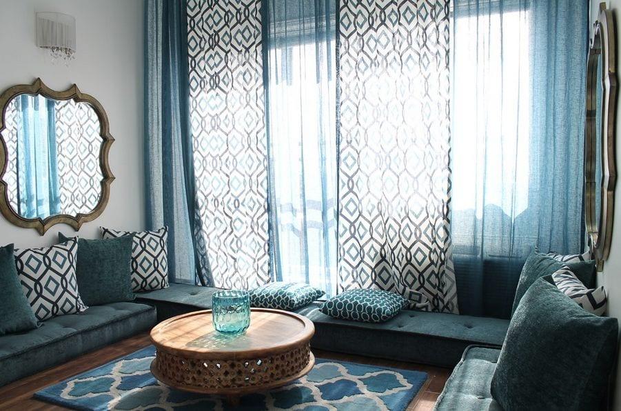 moderne wohnzimmer blau mit bodenkissen und gardinen blau und runder couchtisch holz