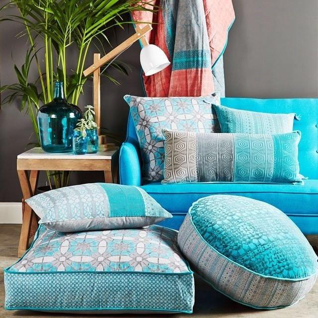raungestaltungskonzept mit sofa blau und wandfarbe grau