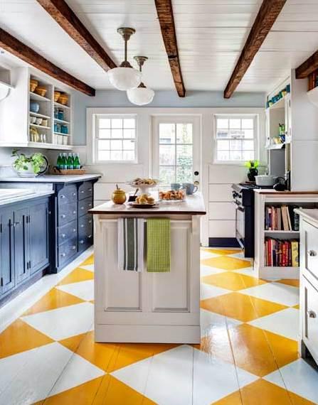 küchengestaltung mit schwarzen küchenschränke und weißen holzboden mit gelben Rhomben-Muster