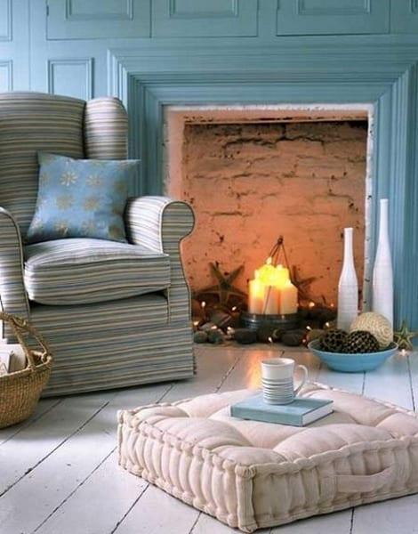 wohnzimmer mit wandfarbe blau und holzboden weiß mit bodenkissen dekorieren