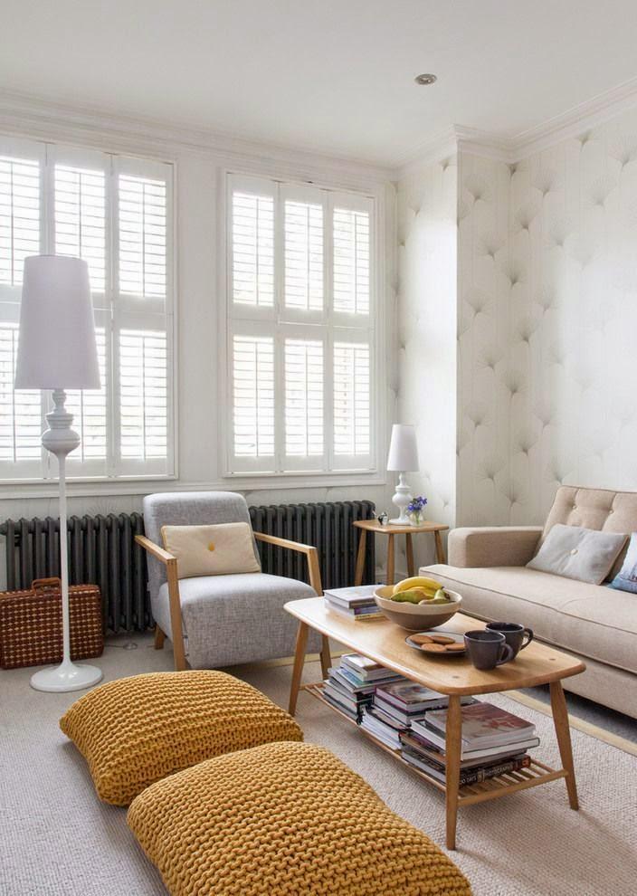 helle wohnzimmer interieurs mit gelben bodenkissen und polstersofa beige und heizkörper grau