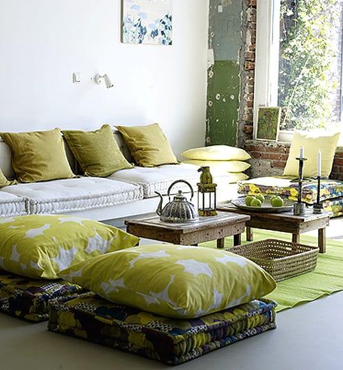 vintage interior design für kleine wohnzimmer in weiß und grün mit rustikalen couchtischen holz