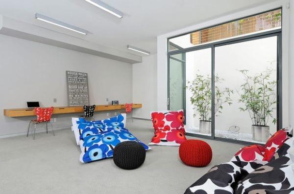 modernes interior mit bodenkissen schwarz und rot