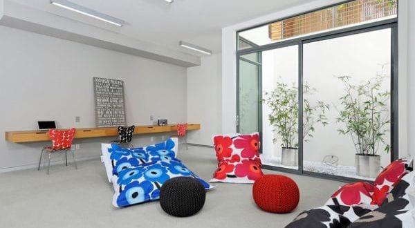 bodenkissen mit blumenmuster in rot und blau f r. Black Bedroom Furniture Sets. Home Design Ideas