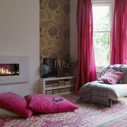 stylische raumgestaltung mit rosafarbigen bodenkissen und gardinen pink für kleines wohnzimmer mit kamin weiß
