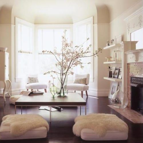 modernes wohnzimmer einrichtung mit couchtisch holz und weißen bodenkissen mit feel decken weiß
