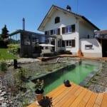 kreative hofgarten idee mit DIY Schwimmteiche und Holzterrasse