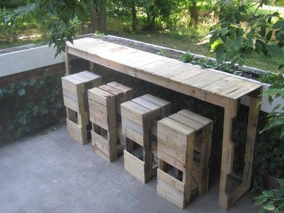 DIY Garten-Bar mit barhockern aus Europaletten zum Terrassen Gestalten