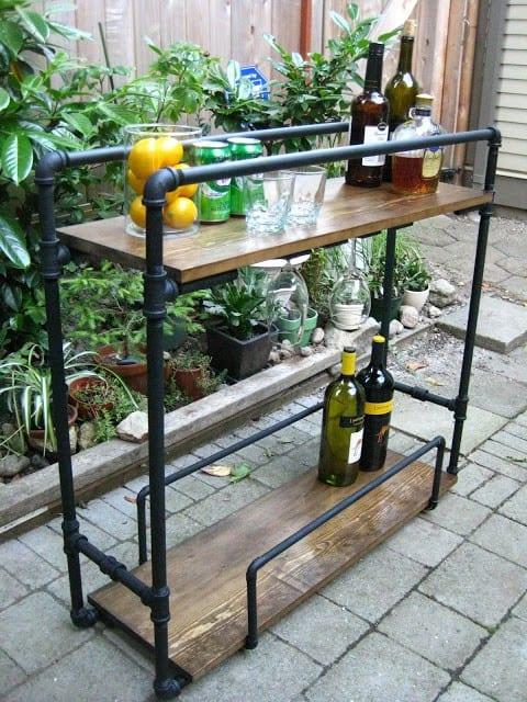 Getränkebar aus Metalröhren und Holzbrettern als Idee für coole DIY Gartenmöbel