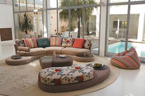 moderne bodenkissen beige mit blumenmuster als polstersofa für runde wohnzimmer