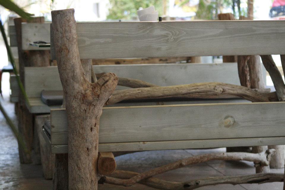 DIY Gartenmöbel aus Holz und idee für rustikale Gastronomiemöbel für coole Einrichtung