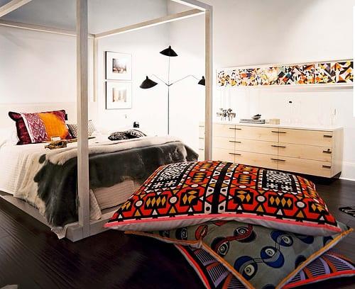 schlafzimmer interior mit holzboden und holzbettgestell weiß