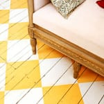 coole-Streichen-idee-für-holzboden-in-gelb-und-weiß_Photo-Johnny-Bouchier_GAP-Interiors