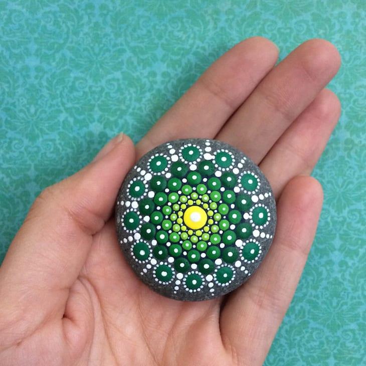 dekoidee in grün mit mandalasteinen als idee für gartendeko