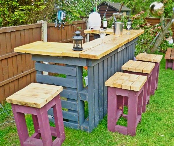 DIY Gartenmöbel aus paletten und kreative gartendeko in blau und lila