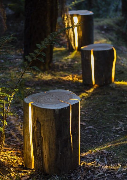 schöne gartenidee für gartendeko und gartenbeleuchtung mit Designer-Hocker-Tisch aus Holz