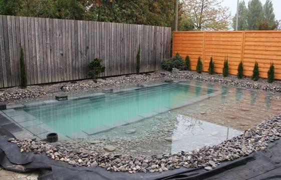 Teichbecken mit Steingarten selber bauen und gestalten im Hofgarten mit Holzgartenmauer