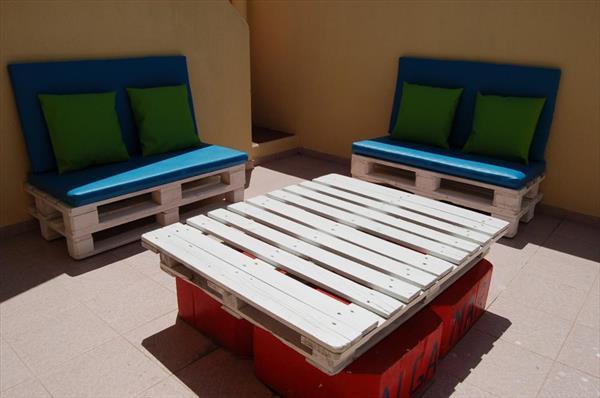 kreative idee für Terrasse Gestaltung mit weißen Palettenmöbeln und blauen sitzkissen